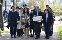 Plaintiffs and others prepare to enter the Tachikawa branch of the Tokyo District Court in the capital's suburban city of Tachikawa on the morning of Nov. 14, 2019. (Mainichi/Tatsuya Fujii)