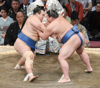 No. 9 maegashira Kotoshogiku, left, and No. 10 maegashira Shodai clash in their meeting on the fifth day of the Kyushu Grand Sumo Tournament in Fukuoka, on Nov. 14, 2019. (Mainichi/Tomohisa Yazu)