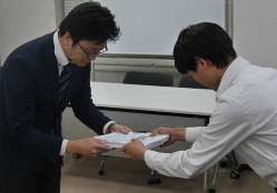 文部科学省の職員(左)に署名を手渡す高校生=東京都千代田区で2019年11月6日午後5時10分、水戸健一撮影