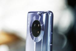 5G対応の新型スマホはデジタルカメラのライバル?(Bloomberg)