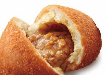 カレーパン博覧会に出品された「北海道十勝モッツァレラチーズカレーパン」=日本カレーパン協会提供