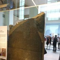 ロンドンの大英博物館に展示されているロゼッタストーン。ヒエログリフ解読のきっかけとなった=ロンドンの大英博物館で
