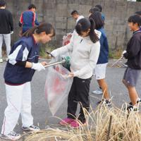 路上のゴミを拾う直方高生たち