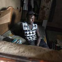 ボコ・ハラムからの襲撃を逃れて、政府非公認の難民キャンプで生活するハルナ・モハメッドさん(18)。家族との生活は「とても幸せだったが、襲撃によって全てが壊された」。現在はマットレスが置かれた狭い部屋で兄弟6人と一緒に寝ている=マイドゥグリで2019年9月17日、山崎一輝撮影