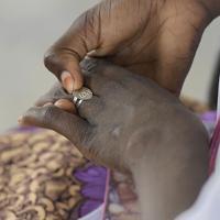 ユニセフが地域支援団体と協力して行う「社会復帰プログラム」に参加する13歳の少女。しきりに「LOVE」とデザインされた指輪を触っていた。ボコ・ハラムに誘拐されて性奴隷として働かされていた少女など、社会から孤立した13~19歳の子供たちを対象に2017年から現在までに約1500人が参加した=マイドゥグリで2019年10月3日、山崎一輝撮影