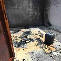 ボコ・ハラムの襲撃により破壊されたボルノ州東部のヌグウォム村の廃屋内は焼け焦げた跡だけが残されていた=2019年9月24日、山崎一輝撮影