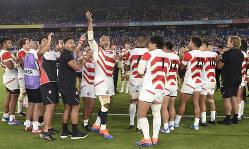 ラグビーW杯日本大会のスコットランド戦後、チームソング「ビクトリーロード」を歌う日本の選手たち=横浜・日産スタジアムで2019年10月13日、藤井達也撮影