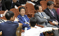 Prime Minister Shinzo Abe looks at opposition lawmakers after a House of Councillors Budget Committee meeting came to a halt following Abe's heckling, in this picture taken in Tokyo's Chiyoda Ward on Nov. 8, 2019. (Mainichi/Masahiro Kawata)