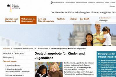 子どもや若者に向けたドイツ語教育について「州ごとにさまざまなプログラムがある」と紹介するドイツ連邦移民難民庁のホームページ=奥山はるな撮影