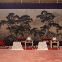 「大饗の儀」のため、豊明殿に飾られた錦軟障(奥)。手前は天皇、皇后両陛下が座られる椅子や台など=皇居・宮殿で2019年11月15日午後5時4分(代表撮影)