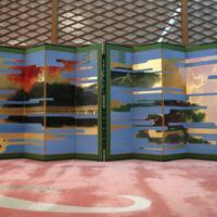 「大饗の儀」が行われる「豊明殿」に飾られた主基地方風俗歌屏風=皇居・宮殿で2019年11月15日午後5時9分(代表撮影)