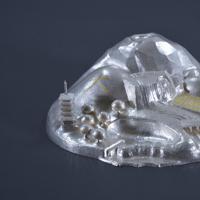 大嘗宮の儀で使われた新米の産地(栃木県、京都府)の名所をデザインした純銀製の「洲濱(すはま)」。「挿華(かざし)」(冠に挿す花飾り)を飾る台として使われる宮内庁提供