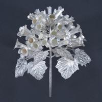 桐をデザインした純銀製の「挿華(かざし)」(冠に挿す花飾り)。大饗の儀では天皇、皇后両陛下の席に飾られた宮内庁提供