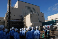 The No. 6 reactor building at the Kashiwazaki-Kariwa Nuclear Power Plant is seen in Niigata Prefecture on Nov. 15, 2018. (Mainichi/Yo Naito)