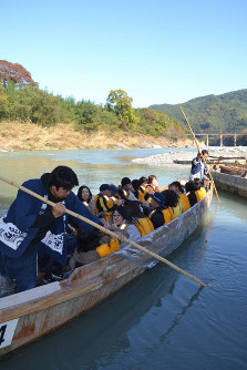A Nagatoro Rhine Kudari boat departs from a boarding facility under Oyahana Bridge in the town of Minano, Saitama Prefecture, on Nov. 9, 2019. (Mainichi/Hikozo Matsuyama)