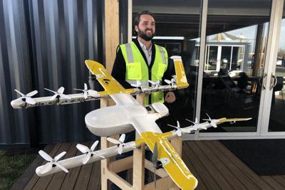 ウイング社のドローンは、水平移動用の主翼プロペラを使って高速で飛行できる=米南部バージニア州クリスチャンズバーグで