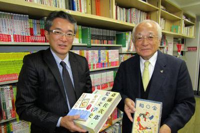 「子どもが求める本をつくる」と話す斎藤健司社長(左)と父の雅一会長=東京都台東区の金の星社で、明珍美紀撮影