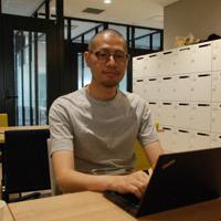 シェアオフィスで働く西口洋平さん=東京都内で、御園生枝里撮影