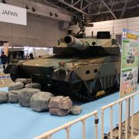 防衛装備庁ブースの「10式戦車」=千葉市の幕張メッセで2019年11月18日午後3時13分、湯谷茂樹撮影