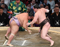 Grand champion Hakuho, right, defeats No. 4 maegashira Kotoyuki on the ninth day of the Kyushu Grand Sumo Tournament in Fukuoka, on Nov. 18, 2019. (Mainichi/Tomohisa Yazu)
