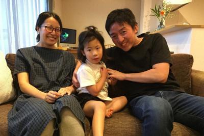 移植手術から約3年。青山竜馬さん(右)は、移植を受けた次女環ちゃん(中央)に「心臓には大切な友達がいるんだよ」と伝えている。左は妻夏子さん=大阪府吹田市の自宅で