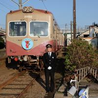 車両を紹介する銚子電鉄の竹本勝紀社長=千葉県銚子市で、宮本明登撮影