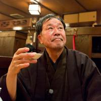 番組に出演している作家の太田和彦=BS11提供