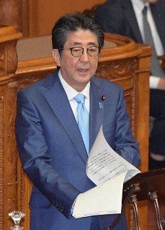 Prime Minister Shinzo Abe speaks during a House of Councillors plenary session on Nov. 20, 2019. (Mainichi/Masahiro Kawata)