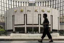主要国では世界初のデジタル通貨を発行する中央銀行になるか(Bloomberg)
