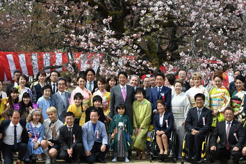 野党の結束で中止に追い込まれた「桜を見る会」(2017年4月、東京都新宿区の新宿御苑で)