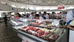 タシケントのチョルスー市場の一角、ドーム状の建物の中はすべて羊肉の売り場(写真は筆者撮影)