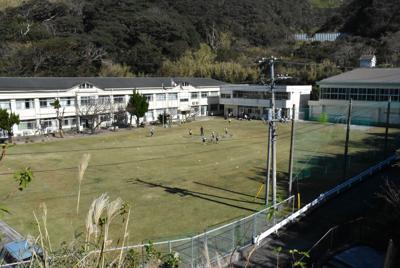神津島で唯一の小学校である村立神津小学校。校庭には子供たちの元気な声が響いていた=東京都神津島村で2019年11月11日午前11時4分、大久保昂撮影