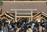 The Daijokyu Halls in the East Gardens of the Imperial Palace in Tokyo's Chiyoda Ward is seen crowded with visitors on Nov. 21, 2019, as is was opened to the public. (Mainichi/Yuki Miyatake)
