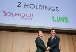 ZHDの経営は、同社の川辺健太郎社長(左)とLINEの出沢剛社長(右)が代表取締役共同CEO(最高経営責任者)として担う
