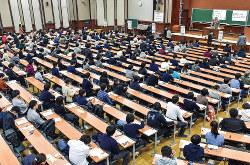 急激な少子化は、下位大学に淘汰を迫る(今年1月の東京大学での大学入試センター試験)