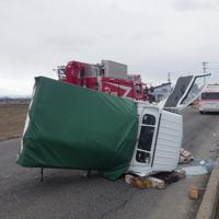 県南部で発生した軽トラックの事故=3月25日、秋田県警提供