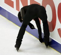 Japan's Yuzuru Hanyu picks up trash from the ice during his performance at a practice session ahead of the ISU Grand Prix of Figure Skating NHK Trophy, on Nov. 21, 2019, at Makomanai Sekisuiheim Ice Arena in Sapporo. (Mainichi/Taichi Kaizuka)