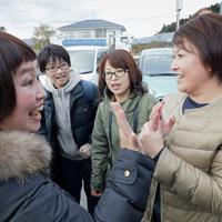 タイムカプセルを掘り出すため集まり、久しぶりの再開を喜ぶ双葉北小の卒業生たち=福島県双葉町で2019年11月22日午前10時31分、和田大典撮影