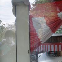 卒業式用の幕などが、ほぼ原発事故発生当時のまま残る双葉北小の体育館=福島県双葉町で2019年11月22日午前11時55分、和田大典撮影