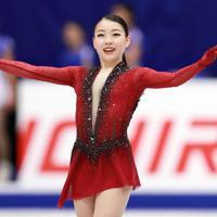 【NHK杯フィギュア】女子SPで演技を終え、観客の声援に応える紀平梨花=真駒内セキスイハイムアイスアリーナで2019年11月22日、貝塚太一撮影
