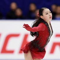 【NHK杯フィギュア】女子SPで演技する紀平梨花=真駒内セキスイハイムアイスアリーナで2019年11月22日、貝塚太一撮影