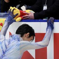 【NHK杯フィギュア】男子SPを前に「くまのプーさん」のティッシュボックスをつかむ羽生結弦=真駒内セキスイハイムアイスアリーナで2019年11月22日午後8時25分、貝塚太一撮影