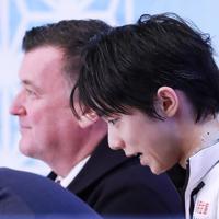 【NHK杯フィギュア】男子SPの演技を終え、汗だくでキスアンドクライでモニターに向かってお礼を言う羽生結弦=真駒内セキスイハイムアイスアリーナで2019年11月22日、貝塚太一撮影