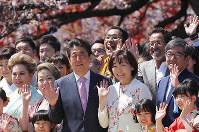 Prime Minister Shinzo Abe (center left) and his wife, Akie Abe, pose for a photo with guests at a sakura-viewing party at Tokyo's Shinjuku Gyoen National Garden on April 13, 2019. (Mainichi/Shinnosuke Kyan)