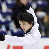 【NHK杯フィギュア】練習の合間に弓矢で射るポーズをとる羽生結弦=真駒内セキスイハイムアイスアリーナで2019年11月23日、貝塚太一撮影