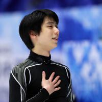 【NHK杯フィギュア】公式練習中に胸に手を当ててほほえむ羽生結弦=真駒内セキスイハイムアイスアリーナで2019年11月23日、貝塚太一撮影