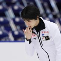 【NHK杯フィギュア】公式練習で氷をなめる羽生結弦=真駒内セキスイハイムアイスアリーナで2019年11月23日、貝塚太一撮影