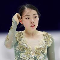 【NHK杯フィギュア】練習で考えながら髪の毛を整える紀平梨花=真駒内セキスイハイムアイスアリーナで2019年11月23日、貝塚太一撮影