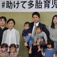 双子や三つ子を連れ、記者会見で子育ての大変さを語った夫婦ら=東京都千代田区で2019年11月7日、熊谷豪撮影