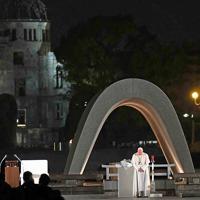 原爆慰霊碑前で黙とうするフランシスコ・ローマ教皇=広島市中区で2019年11月24日午後7時4分、平川義之撮影